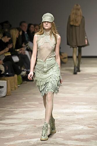 Designeren Emma Cook er inspirert av undertøystrenden. Her med synlige brystvorter hos modellen under fjorårets Top Shops Show Space.