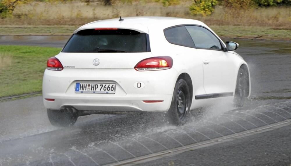 FARLIG: Å kjøre med vinterdekk på våt asfalt er skremmende farlig.