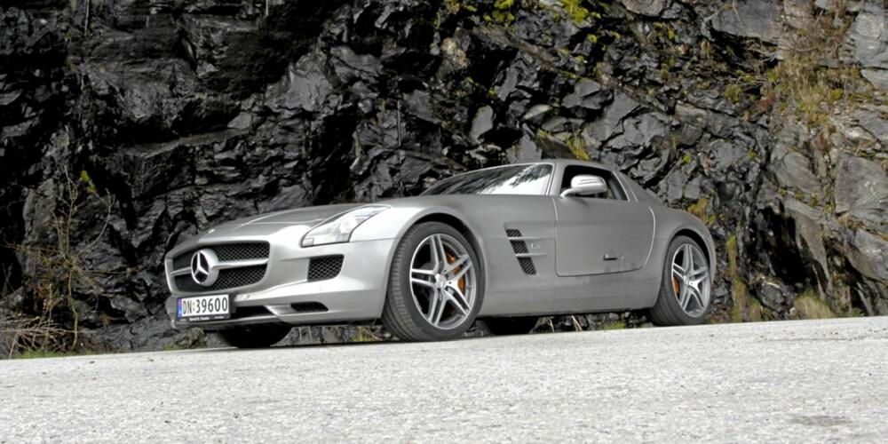 GULLWING: SLS er en svært vakker bil, som i tillegg strutter av muskelkraft og selvtillit.