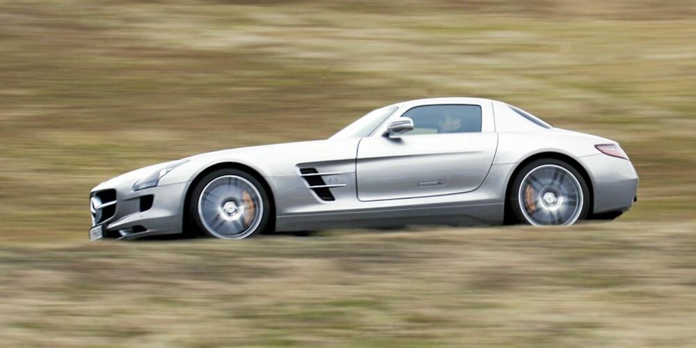 LANG FRONT: Om panseret ser langt ut fra siden, virker det enda større når du sitter bak rattet.