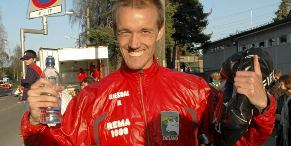 STOLT HOLDNING: - Brystkassa skal opp og fram når du løper, sier Andreas Høiby i Löplabbet.