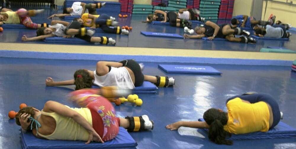 ØVELSE 3: Ligg på siden og strekk den nederste armen ut eller bruk den til å støtte hodet. Den andre armen støtter du i gulvet foran brystet. Dra det nederste kneet litt opp for å finne balansen. Løft det øverste benet opp, enten med 90 graders knekk fra lår til legg eller med rett bein i 90 graders vinkel fra ryggen din. Bruk gjerne vekter på bena. 15 repetisjoner på hvert ben x 3. Trener gluteus maximus og medius.