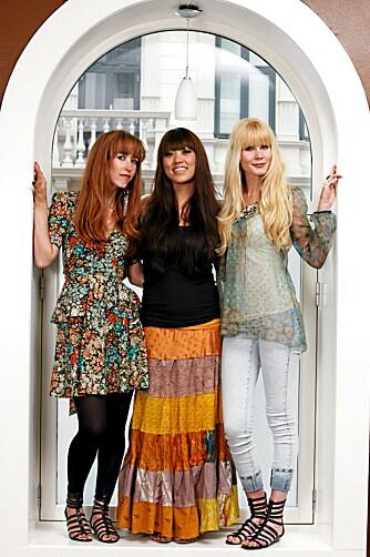 LANGHÅRET TRIO: De plateklare jentene i Lilyjets poserer villig i buegangen med sine nyfargede frisyrer.