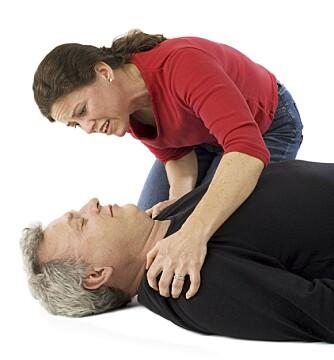 ROP OG RIST: Hvis personen ikke reagerer, rop på hjelp.
