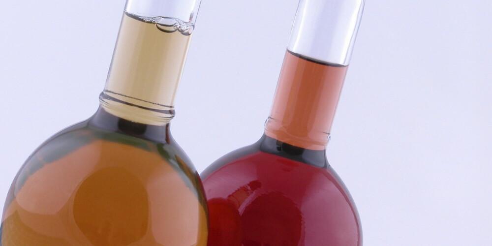 """EDDIK: Laget av gjæret eplesider, rødvin, druemost eller annen alkohol. Alkoholen tilsettes en type bakterier som kalles Acetobacter aceti. Bakteriene omdanner etanolen til eddiksyre slik at væsken blir sur. Eddik brukes til """"sylting"""" av kjøtt, fisk, frukt og grønnsaker (pickles) og i marinader og sauser."""