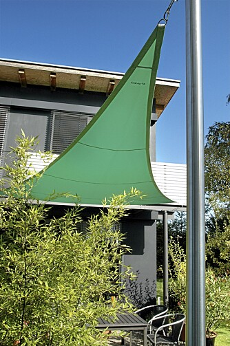 ENKELT: Det tøffe trekantseilet festet til veggen er lett å sette opp. Leverandør Ringfoss AS.