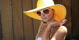 SKYGGE: Gjør som Paris Hilton, finn skygge under hatten.