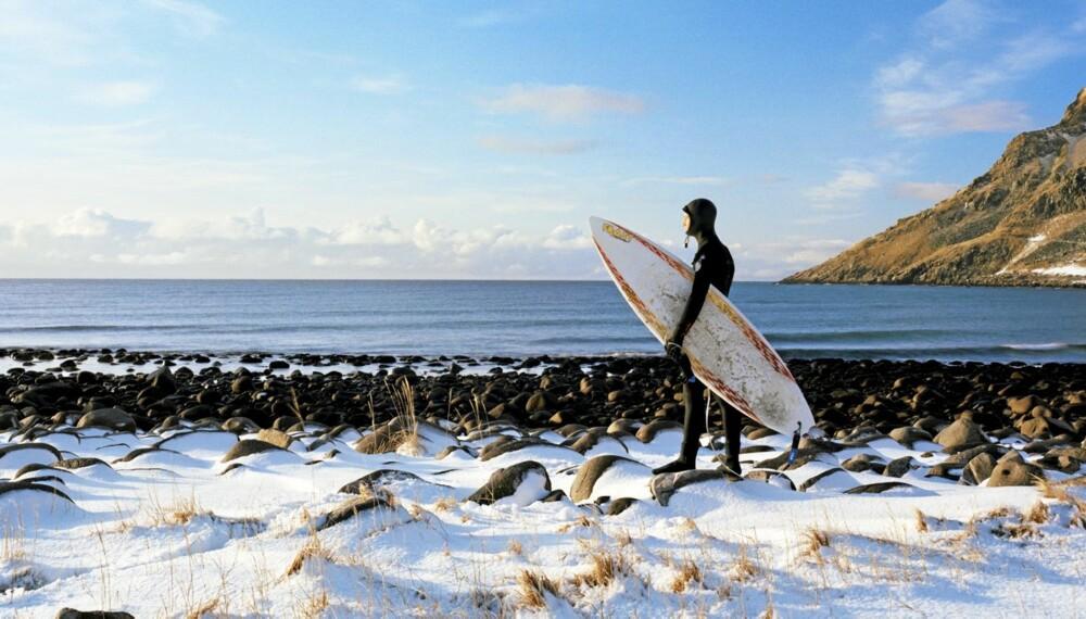 SURFING: Lofotens strender innbyr til heftig bølgesurf - men regn ikke med 20 grader i vannet!