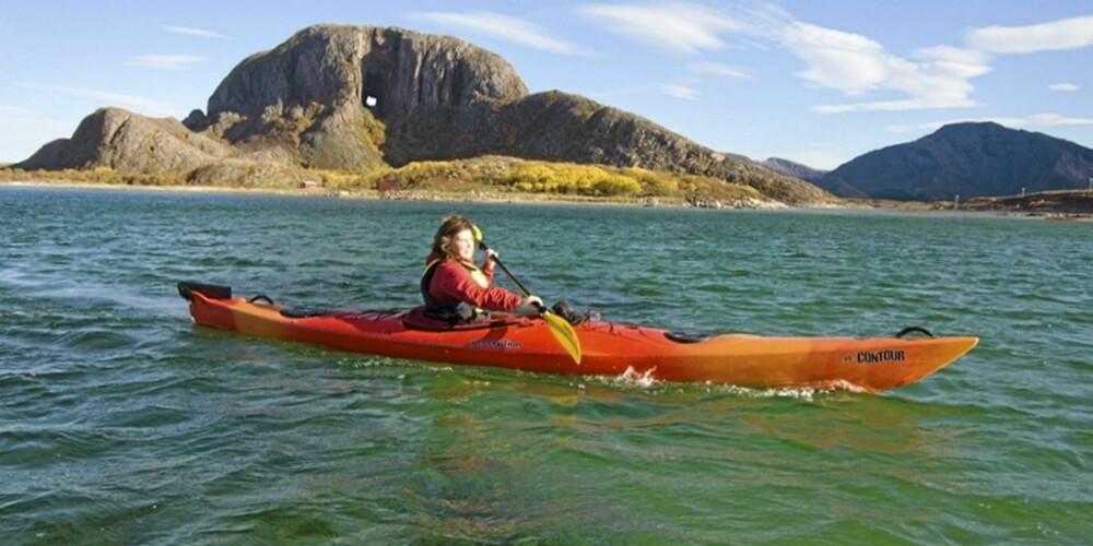 TORGHATTEN: Du kan padle rundt Torghatten - eller gå gjennom Torghatthullet!