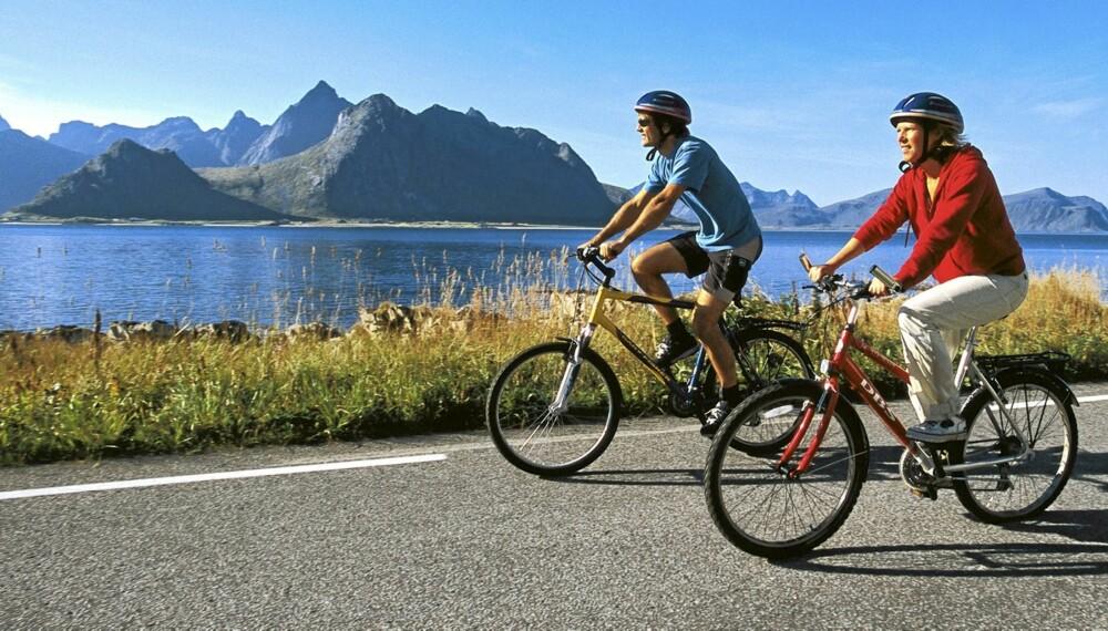ØYHOPPING: Det er enkelt å ta med sykkelen på ferjer og hurtigbåter mellom øyene på Helgelandskysten.