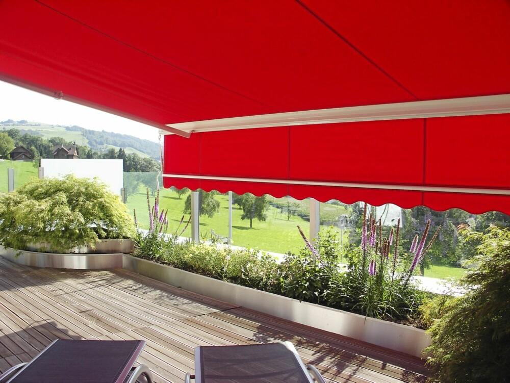 TERRASSEMARKISER: Markiser leveres i flere varianter. Dette er terrassemarkiser som også kan gjøre nytten som tak over terrassen når det regner.