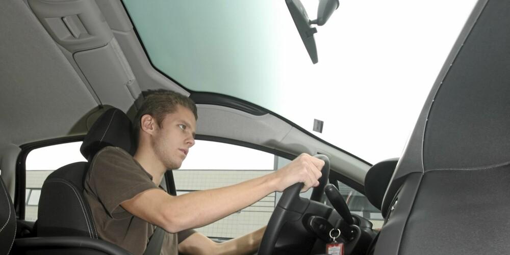 UTSIKT: Den enorme frontruta gir en helt annen opplevelse enn det vanlige når man kjører.