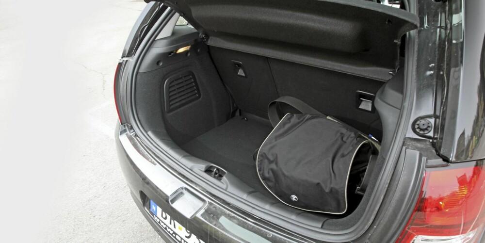 GREIT: Bagasjerommet er av helt akseptabel størrelse, og er dessuten lett å bruke.