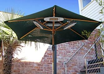 VARME KVELDER: Noen elektriske varmere kan henges i parasollen.