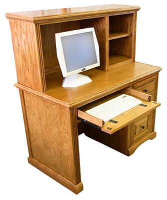 PUSTEVANSKER: Slike møbler er populære rundt om i de norske hjem, der selve PC-en er gjemt vekk inne i et trangt skap under pulten. Husk at slike skap kan føre til temperaturøkninger slik at viftene må jobbe hardere.