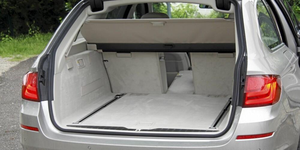 SMART ÅPNING: Skal du ha inn små gjenstander, holder det med å åpne vinduet bak. 560 liter er stort nok, men ikke størst i klassen.