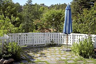 TOM PLASS: En åpen plass i hagen kan enkelt bli en koselig og fargerik uteplass