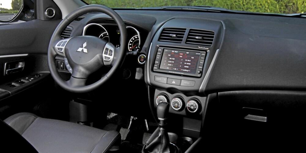 OVERRASKELSEN: Endelig har Mitsubishi dybdejustering av rattet i en av sine modeller. Interiøret er ryddig men ikke veldig eksklusivt.