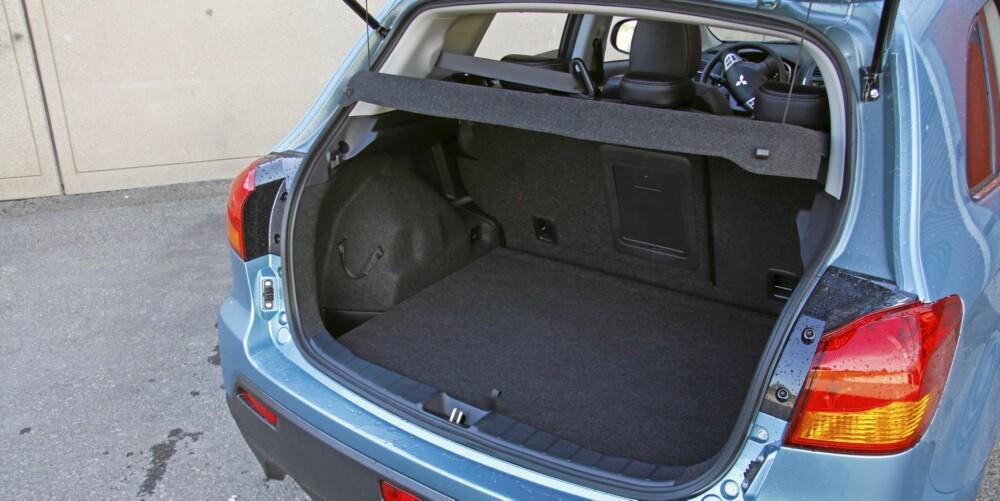 """GOD PLASS: Den rommer ikke like mye som Outlander, men Mitsubishi har funnet fram respektabelt med bagasjeplass i """"""""lille"""""""" ASX."""