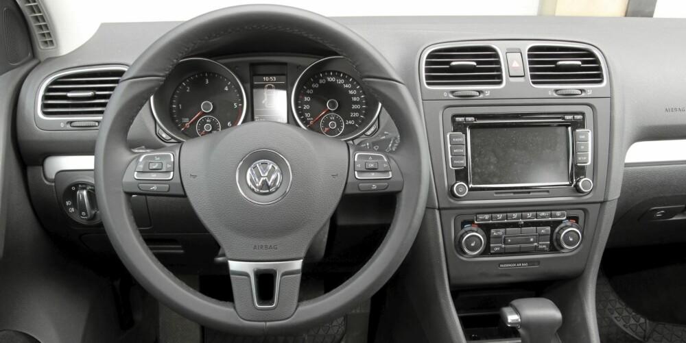 LETTFATTELIG: Det oser tysk presisjon av førerplassen. Alt av knapper og brytere er lett tilgjengelig og logisk plassert.