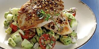 LØRDAG: Kyllingbryst med avokado, tomat og agurksalsa.