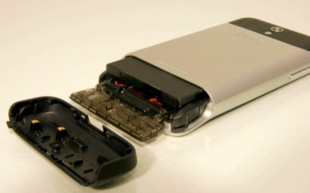 SMART: Dekselet på baksiden skjuler slottene for batteriet, minnekortet og SIM-kortet.