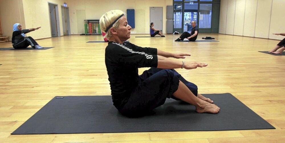 RULL NED: Bilde 5 - sitt med begge føttene på gulvet, bøy i knærne og rak rygg.