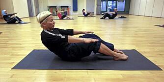 RULL NED: Bilde 6 - rull bakover med krum rygg mens du trekker magemusklene sammen.