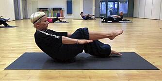 RULL NED: Bilde 7 - løft ett og ett bein opp fra gulvet med bøyde knær.