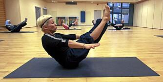 BÅTEN: Bilde 11 - hold strake armer ut fra kroppen mens du holder beina strake opp mot taket.