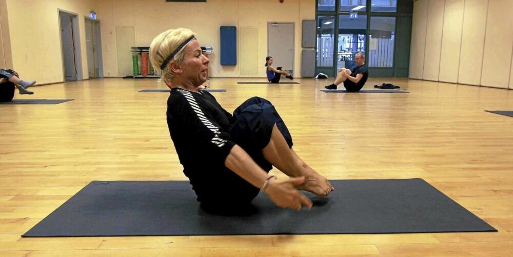 OPEN LEG ROCKER: Bilde 22 - finn balansen med begge knærne bøyd.