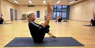 OPEN LEG ROCKER: Bilde 23 - variér med å bøye i ett og ett kne før du strekker begge opp.