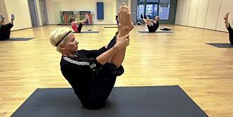 OPEN LEG ROCKER: Sitt med korsryggen/rumpa nedi gulvet, strak rygg rett opp og begge beina strake og høyt hevet.