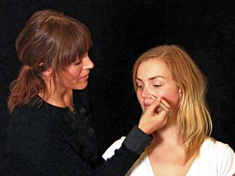 RØD NESE: Tusjconcealer er også fin til å bruke på rødlige nesevinger. Da ser du freshere ut med en gang.