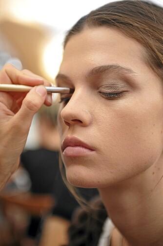 NATURLIG: Gå for en naturlig farge som komplimenterer øynene dine når du velger øyenskygge.