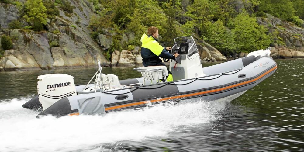 SOLID SAK: Kvaliteten virker god og pongtongene gir båten god oppdrift og gjør den stabil i sjøen.