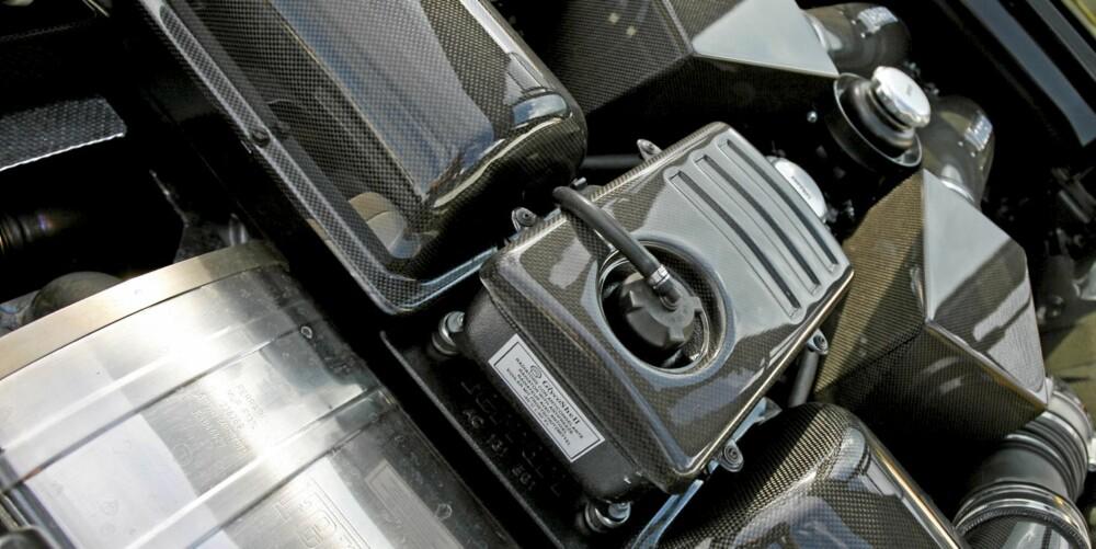 Sjekk all karbonfiberen! Alt som er gjort på bilen er så profesjonelt utført at det like godt kunne vært slik når bilen forlot Maranello som ny.