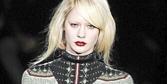 ENKELT: Lange silhuetter og enkle snitt på catwalken til Givenchy.