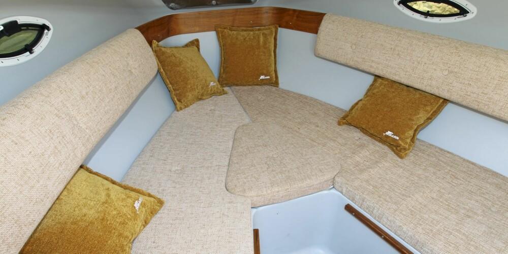 Under dekk har Yamarin 76 DC bra plass og tradisjonell V-sofa.