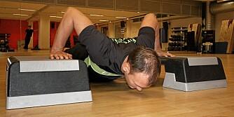 OPPBYGD: Vil du plassere hendene bredere for å trene brystmuskulaturen litt ekstra, bør du bygge opp litt under hendene for å få en bevegelse som går dypt nok.