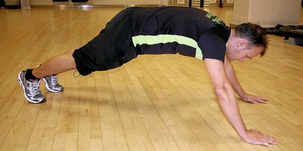 FEIL: Du skal IKKE bøye hoftene slik som på dette bildet.