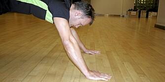 FEIL: Her kommer armene foran tyngdepunktet, noe som ofte skjer hvis du krummer ryggen.