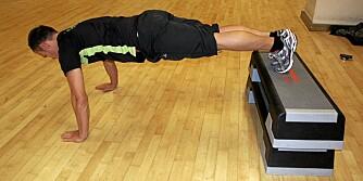 TYNGRE: Er 10 repetisjoner for lett, kan du bygge opp noe for å plassere føttene på. Det gjør øvelsen litt tyngre.