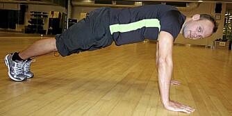 ARMHEVINGER: Erlend Vada, personlig trener på Elixia, viser hvordan du tar push ups, eller armhevinger.