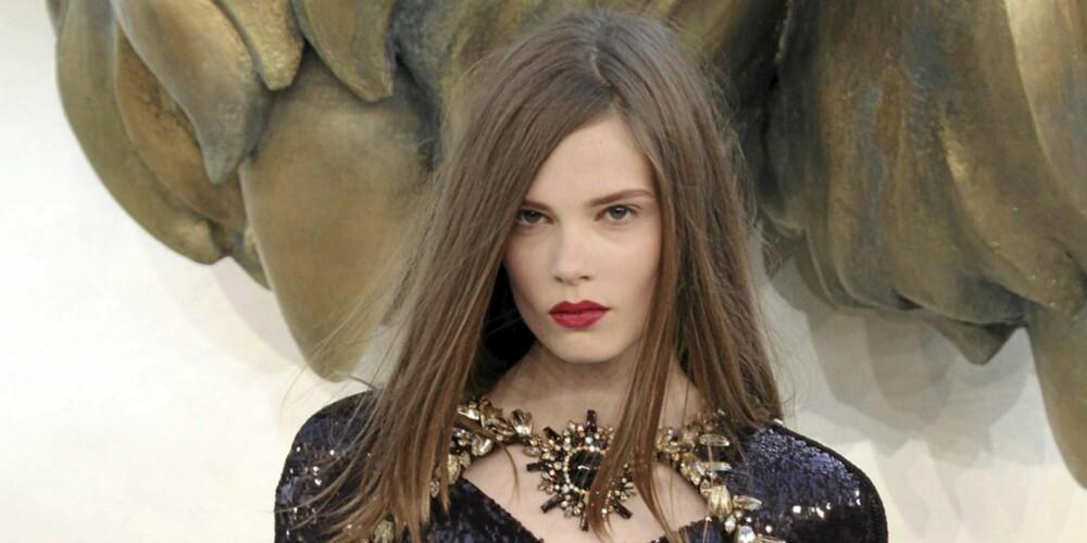 CHANEL-RØD: Chanel viste en klassisk og elegant makeup med dype røde lepper på sin Haute Couture-visning.