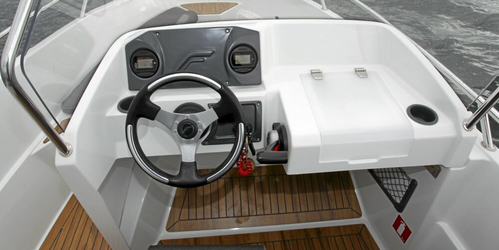 Finnmaster 55 SC har en solid og fornuftig konsolløsning.