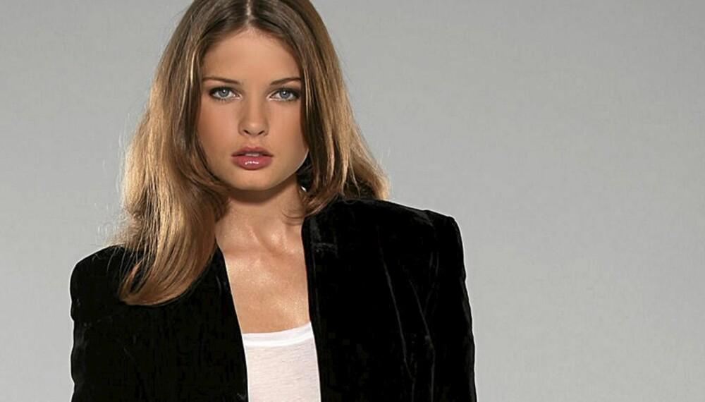 VELG KORT: Framhev midjen din med en kort jakke. Velourblazer fra Objecy/Nelly.com (kr 499).