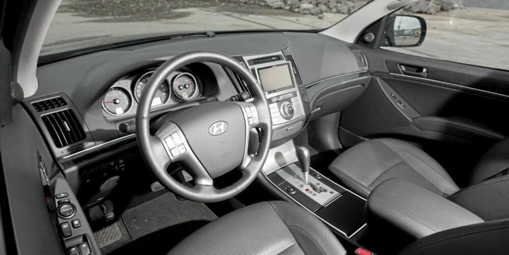 OVERSIKTLIG: Førermiljøet i Hyundai iX55 oser ikke av at bilen koster 900 000 kr. Men det er rommelig, oversiktlig og med fin ergonomi.