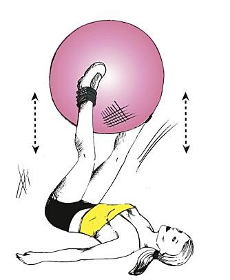 LIGGENDE BEINLØFT: Bruk fitnessball.