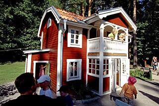 PÅ BESØK: Barna kan dra på besøk til Madikkens hjem i Junibakken. Foto: Astrid Lindgrens Värld